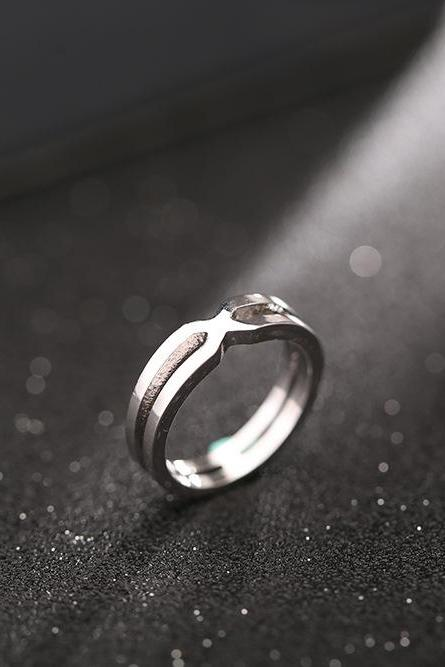 Han edition contracted 18 k platinum smooth hollow out geometric ring
